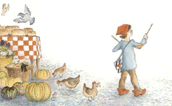 Der kleine Trommler läuft trommelnd durch die Stadt, hinter ihm ist ein Marktstand zu sehen, auf dem Brot verkauft wird, Hühner und Vögel fliegen drumherum.
